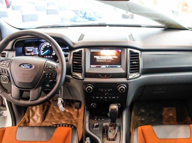 So sánh xe Toyota Hilux 2016 và Ford Ranger 2016 về nội thất a.