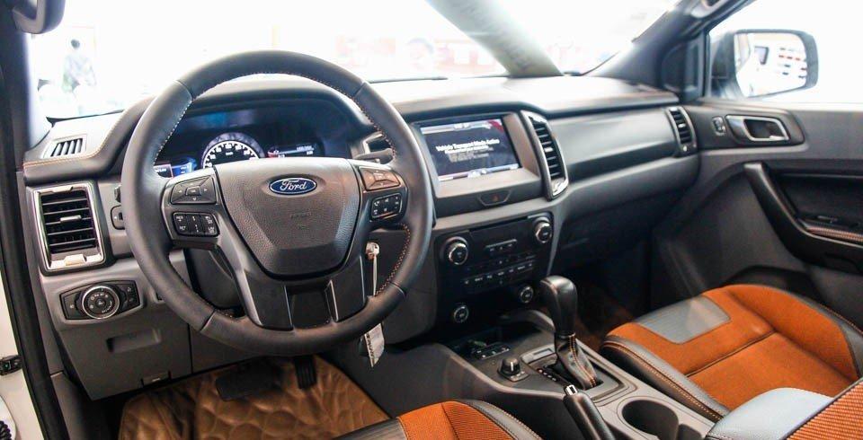Cả Ford Ranger và Toyota Hilux đều sở hữu bảng tablo có thiết kế lịch lãm, hiện đại a.