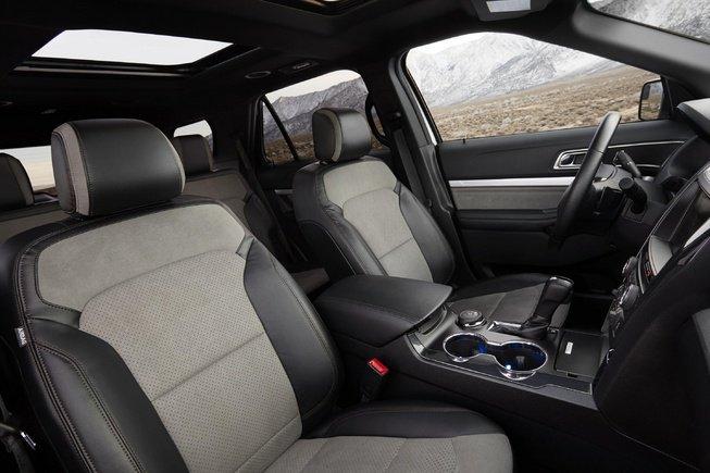 Nội thất của Ford Explorer XLT Sport có hàng loạt các chi tiết sử dụng màu sắc tương phản.