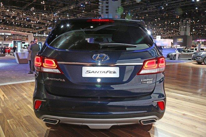 Đuôi xe Hyundai Santa Fe 2017 được thiết kế lại.