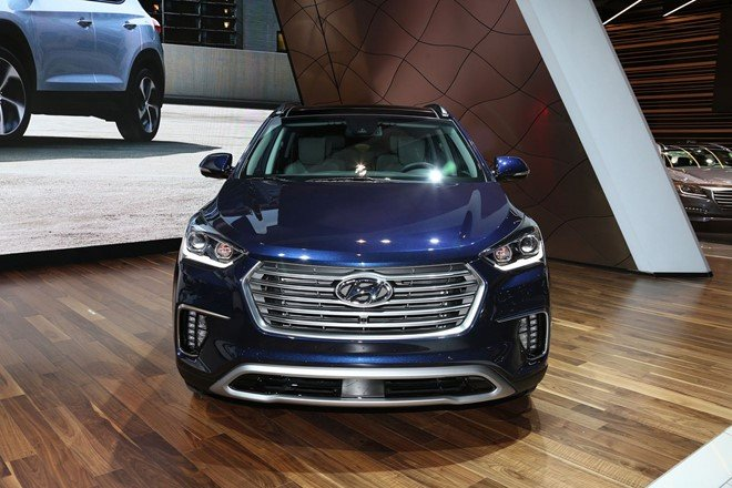 Hyundai Santa Fe 2017 có lưới tản nhiệt gồm các thanh ngang cỡ lớn