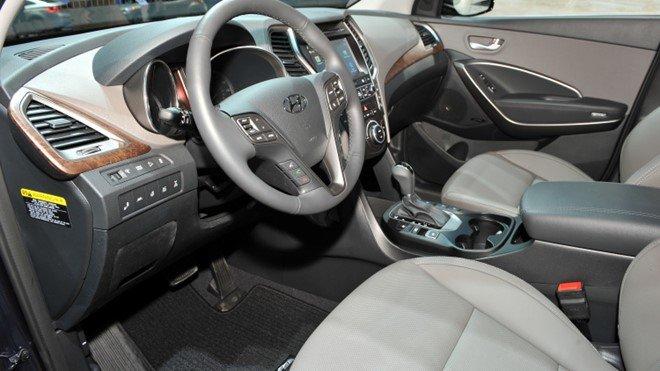 Hyundai Santa Fe phiên bản cơ sở được trang bị hệ thống thông tin giải trí với màn hình 5 inch.