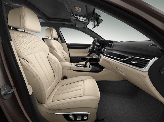 Nội thất của BMW M760Li xDrive sử dụng chất liệu cao cấp.