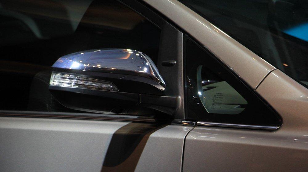 Toyota Innova 2016 có gương chiếu hậu cùng màu với thân xe, chỉnh và gập điện.