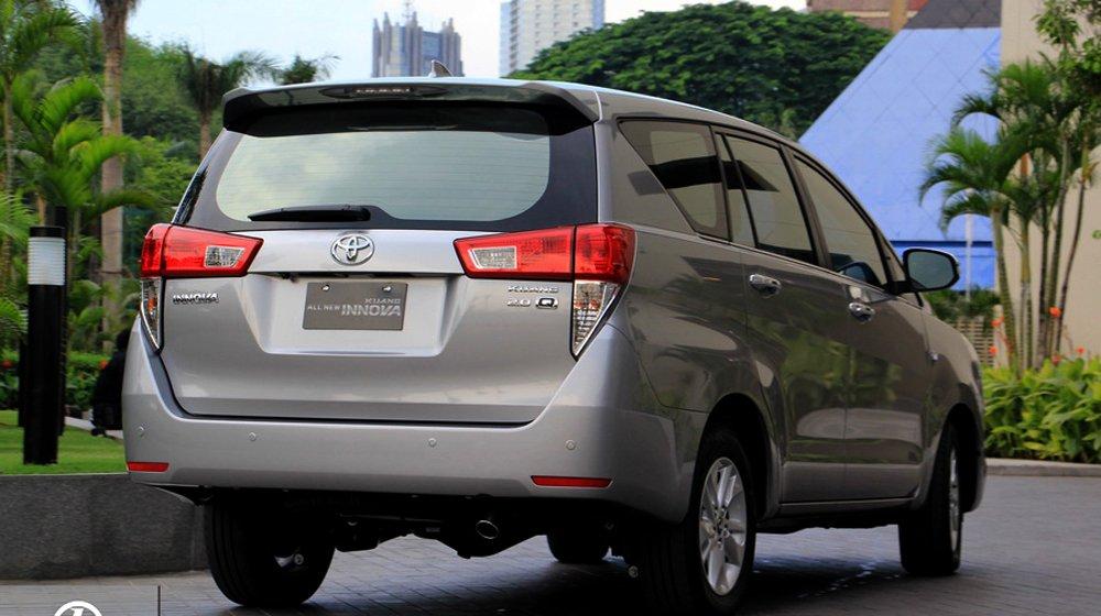 Đuôi xe Toyota Innova 2016 tập trung vào các mảng dập nổi chắc chắn.