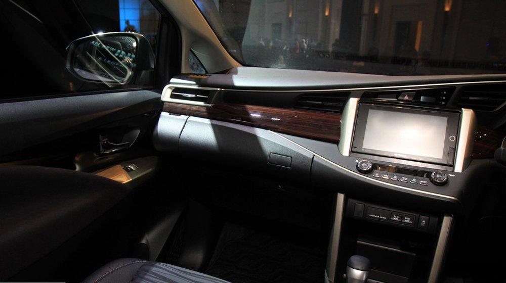 Không gian nội thất của Toyota Innova 2016 được phát triển trên cơ sở nền tảng thiết kế của mẫu Hilux 2016.
