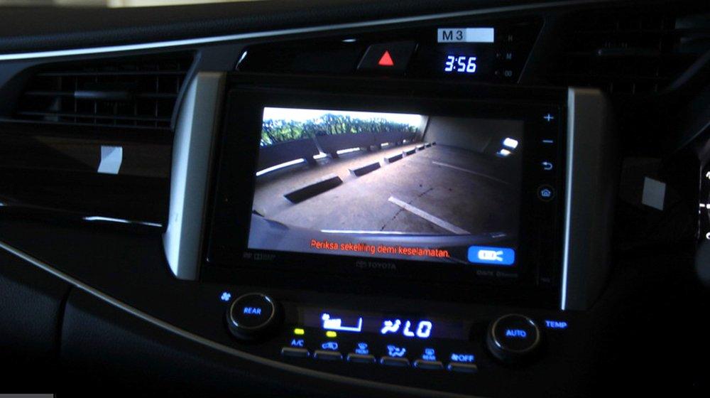 Màn hình cảm ứng là điểm nhấn đặc biệt trong không gian nội thất của Toyota Innova 2016.