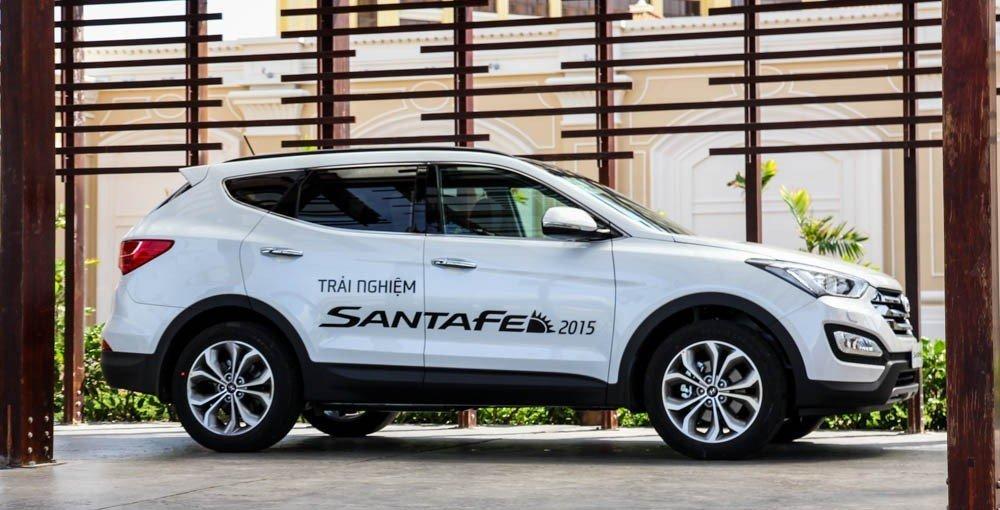 Thân xe Hyundai Santa Fe được thiết kế gọn gàng, đơn giản.