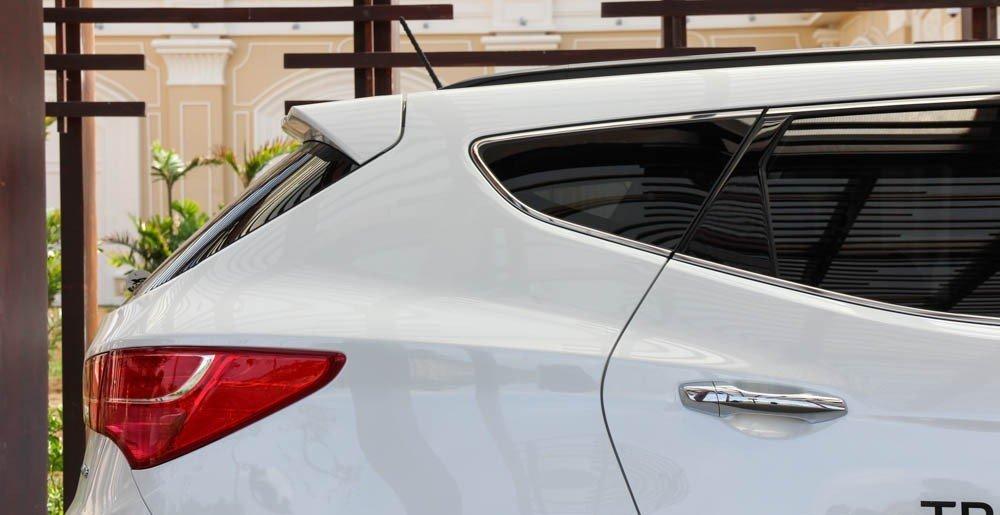 Thân xe Hyundai Santa Fe 2015 được thiết kế gọn gàng, mạnh mẽ.
