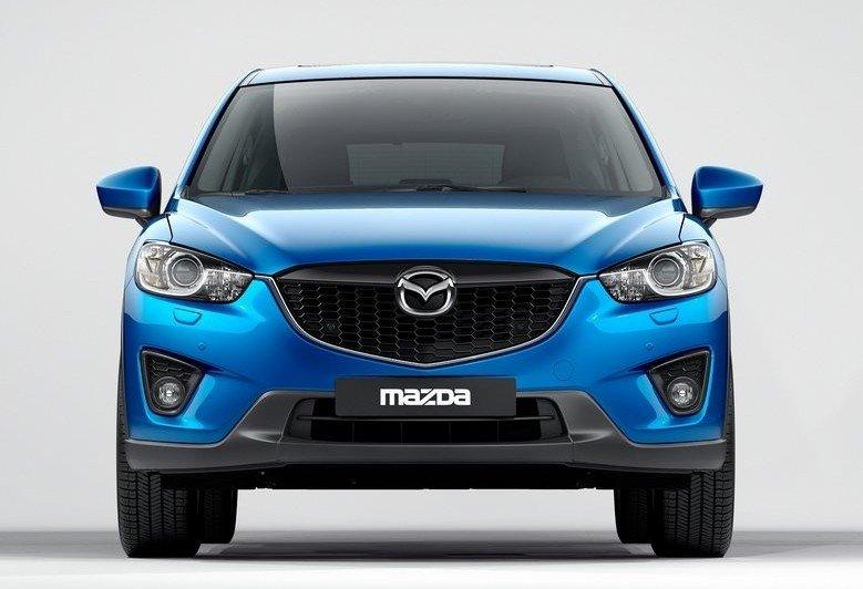 Thiết kế phần đầu xe Mazda CX-5 mạnh mẽ và bụi bặm, phảng phất hơi hướng SUV .