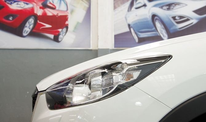 Cụm đèn pha của Mazda CX-5 2014.