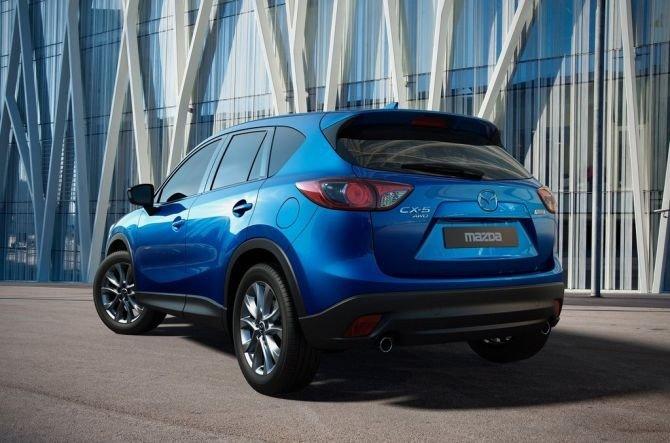 Mazda CX-5 2015 có những đường gân dập nổi vuốt cong về phía đuôi xe.