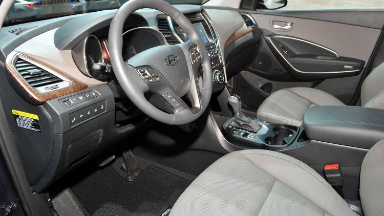 Hyundai Santa Fe 2017 sở hữu thiết kế thể thao hơn phiên bản cũ.