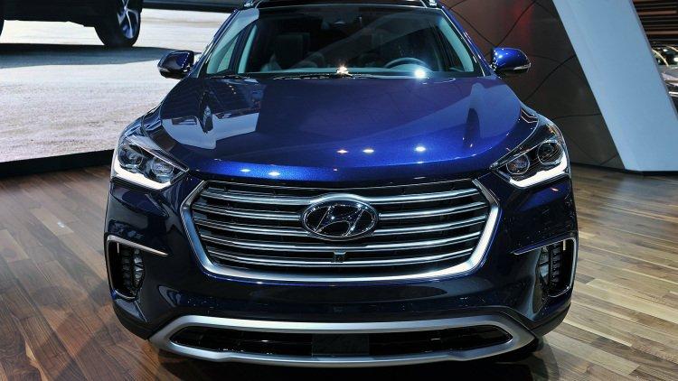 Hyundai Santa Fe 2017 có giá từ 30.800 USD.