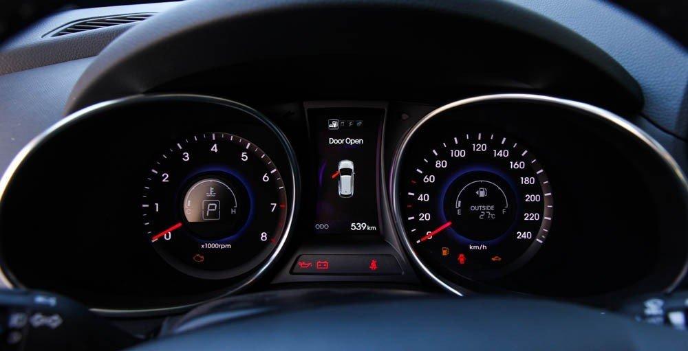 Cụm đồng hồ lái của Hyundai Santa Fe 2015.