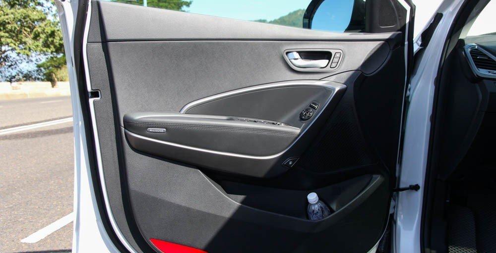 So sánh xe Mazda CX-5 2014 và Hyundai Santa Fe 2015 về thiết kế cửa xe.