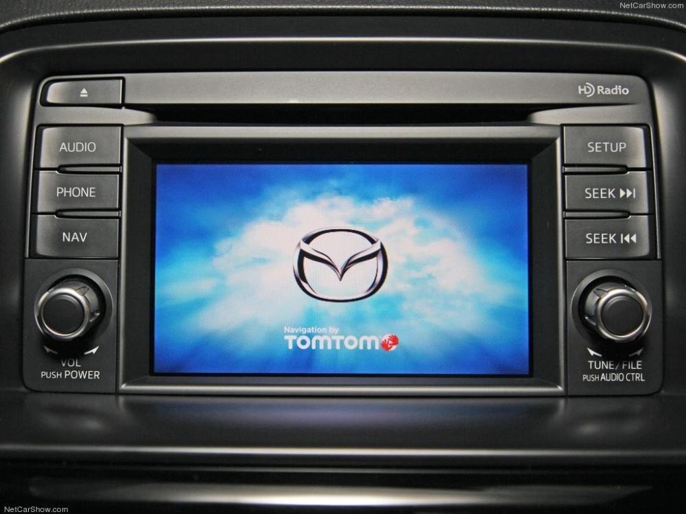 So sánh xe Mazda CX-5 2014 và Hyundai Santa Fe 2015 về trang bị màn hình trung tâm.