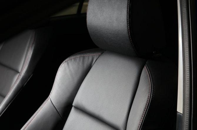 Thiết kế ghế ngồi của Mazda CX-5 ôm sát lưng.