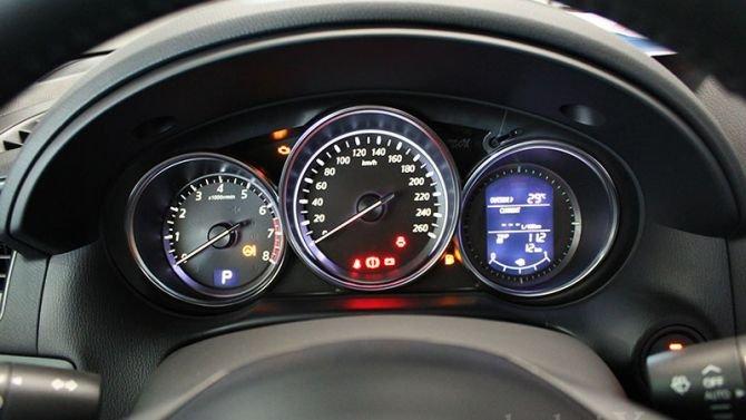 Cụm đồng hồ lái của Mazda CX-5 2014.