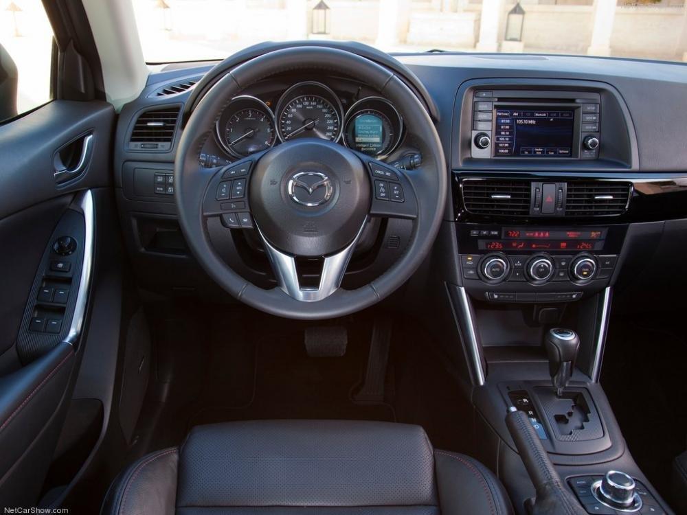 So sánh xe Mazda CX-5 2014 và Hyundai Santa Fe 2015 về thiết kế vô-lăng a.