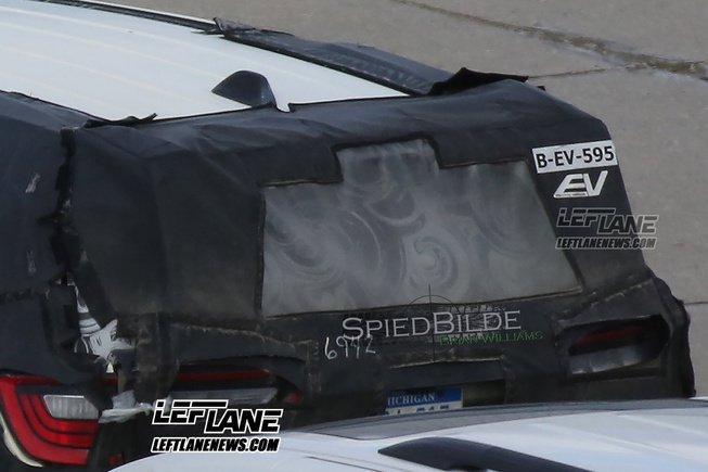 Có thể thấy logo EV trên cửa cốp xe của chiếc Chrysler Pacifica 2017 được ngụy trang