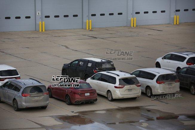 Có thể thấy logo EV trên cửa cốp xe của chiếc Chrysler Pacifica 2017 được ngụy trang 1