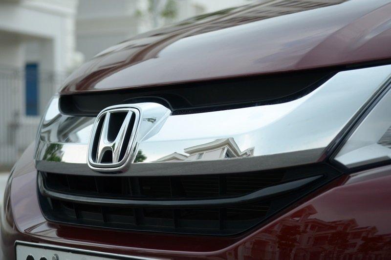 Đánh giá Honda City 2016: Logo Honda nổi bật trên lưới tản nhiệt.