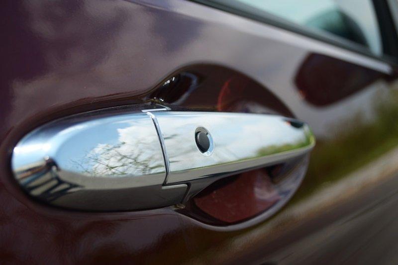 Đánh giá Honda City 2016: tay nắm cửa mạ crom sáng bóng.
