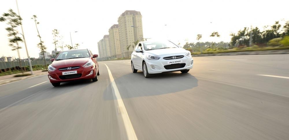 So sánh xe Hyundai Accent 2015 và Honda City 2016 về phần đầu xe.