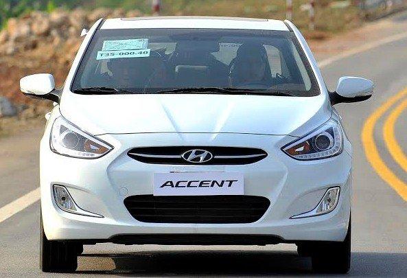 Nắp capo của Hyundai Accent 2015 có những đường gân dập nổi.
