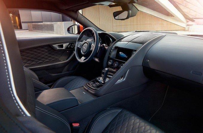 Jaguar F-Type SVR cũng rất tiện dụng cho nhu cầu di chuyển hàng ngày.