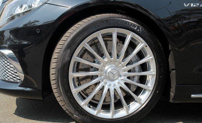 Mercedes S65 AMG sử dụng bộ vành 20 inch.