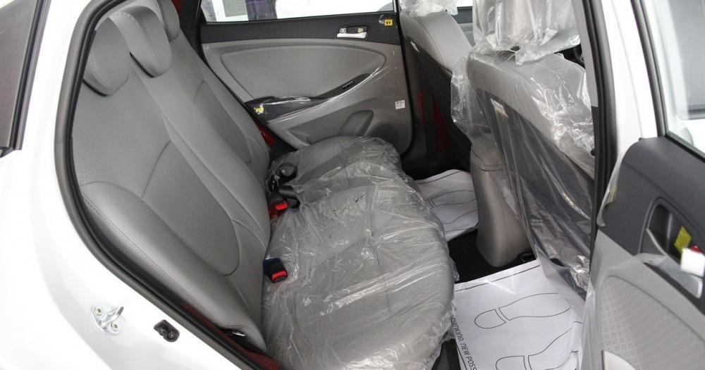 Không gian để chân của Hyundai Accent Blue 2015.