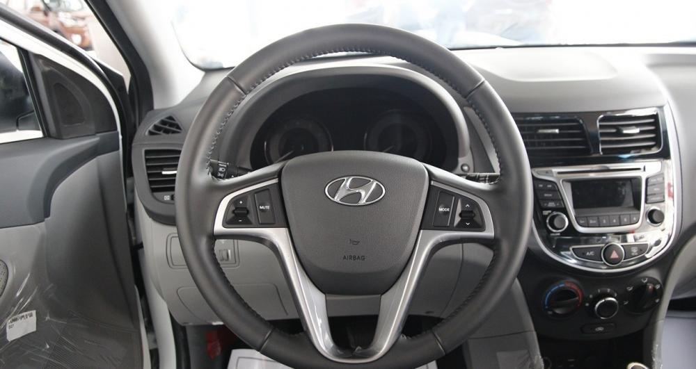Vô-lăng của Hyundai Accent Blue 2015.