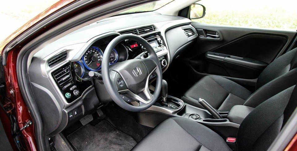 Honda City bị chê vì thiết kế ghế ngồi tương đối nhàm chán, trong khi Suzuki Ciaz lại sở hữu phần ghế khá cao cấp và nổi bật 1