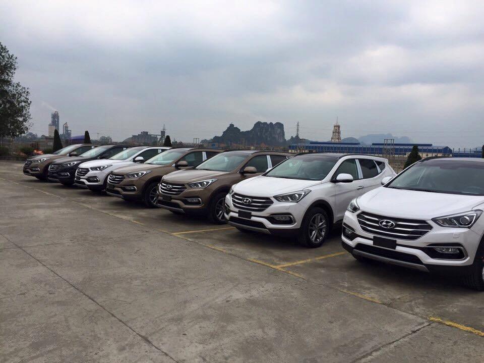 """Hyundai Santa Fe 2016 """"dàn trận"""" trước nhà máy sản xuất ở Ninh Bình."""