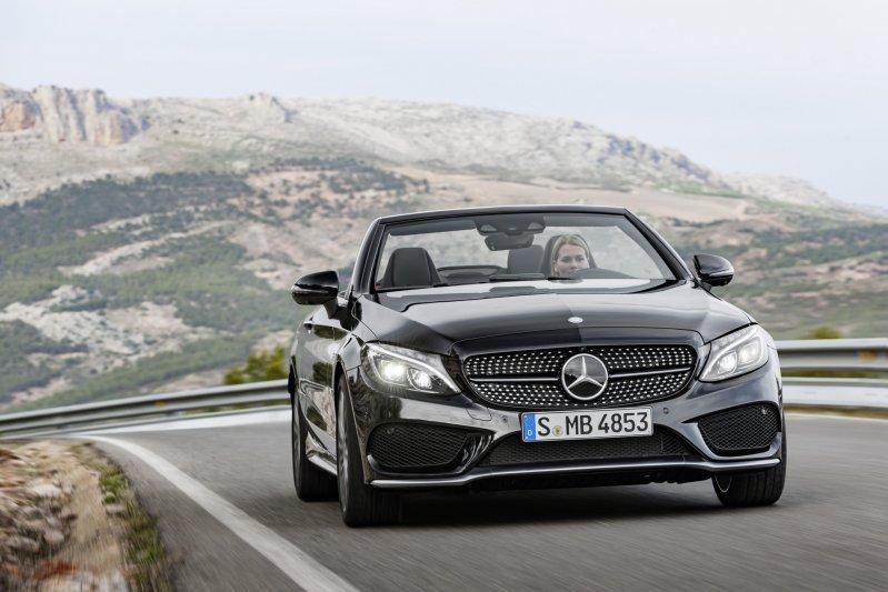 Mercedes-Benz C-Class có tốc độ đóng mở mui là 20 giây.