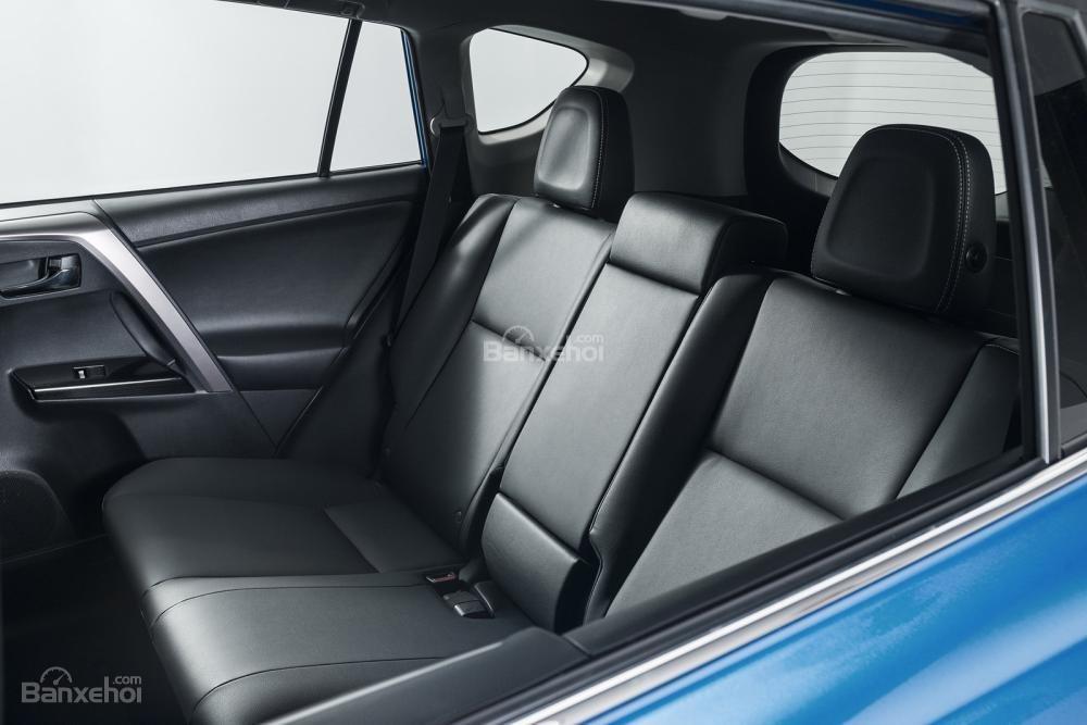 Ghế xe Toyota RAV4 Hybrid Sapphire được bọc da cùng những đường chỉ xanh nổi bật 2