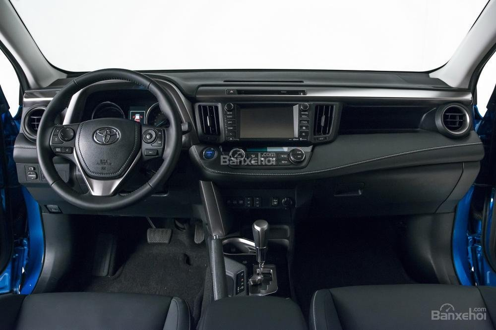 Ghế xe Toyota RAV4 Hybrid Sapphire được bọc da cùng những đường chỉ xanh nổi bật 3