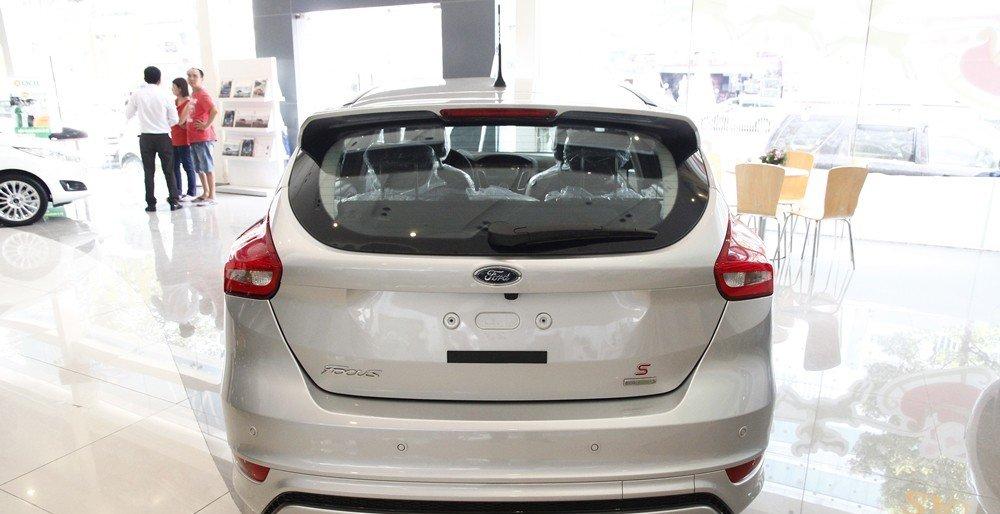 Đánh giá xe Ford Focus 2016 phần đuôi 1.