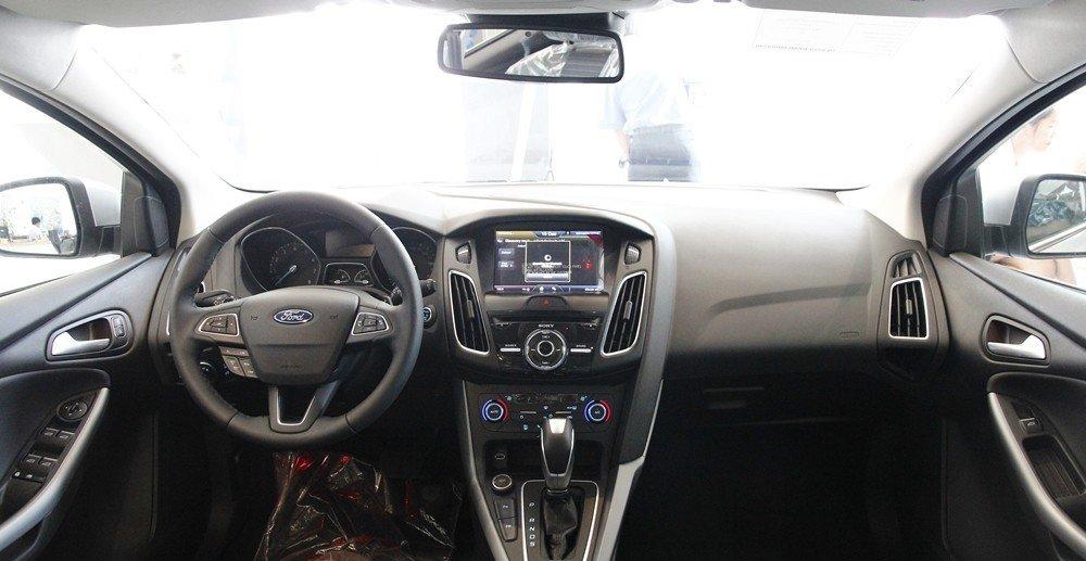 Ford Focus 2016 có đủ không gian thoải mái cho 5 người ngồi.
