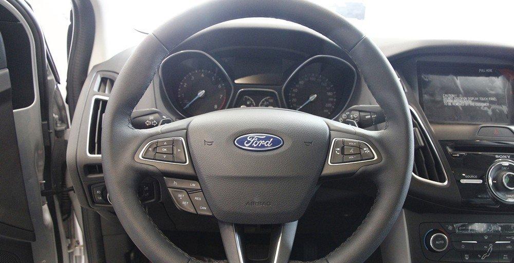 Vô-lăng của Ford Focus 2016 bọc da có tích hợp các phím bấm điều khiển chức năng.