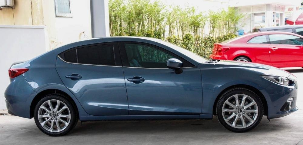Thân xe Mazda 3 2015 sở hữu những đường gân dập nổi mạnh mẽ, trẻ trung.