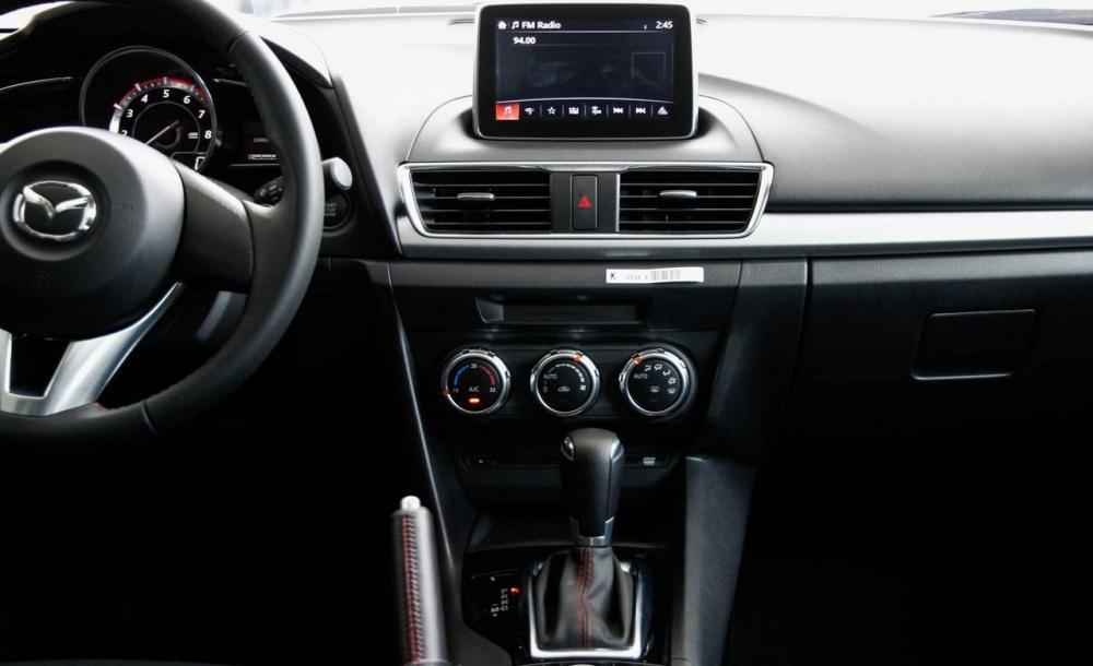Bảng điều khiển của Mazda 3 2015.