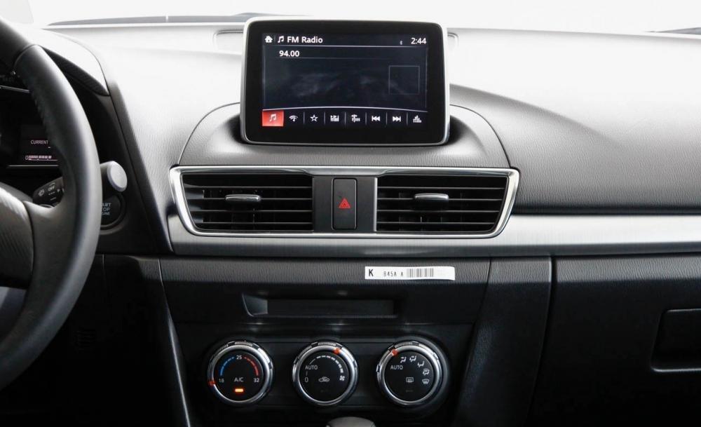 Mazda 3 2015 được trang bị màn hình LCD cảm ứng 7 inch, tích hợp đầu đĩa VDV.
