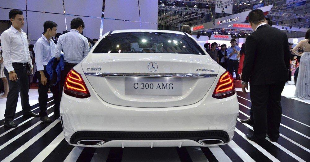 Đánh giá xe Mercedes-Benz C300 AMG 2015 phần đuôi 1.