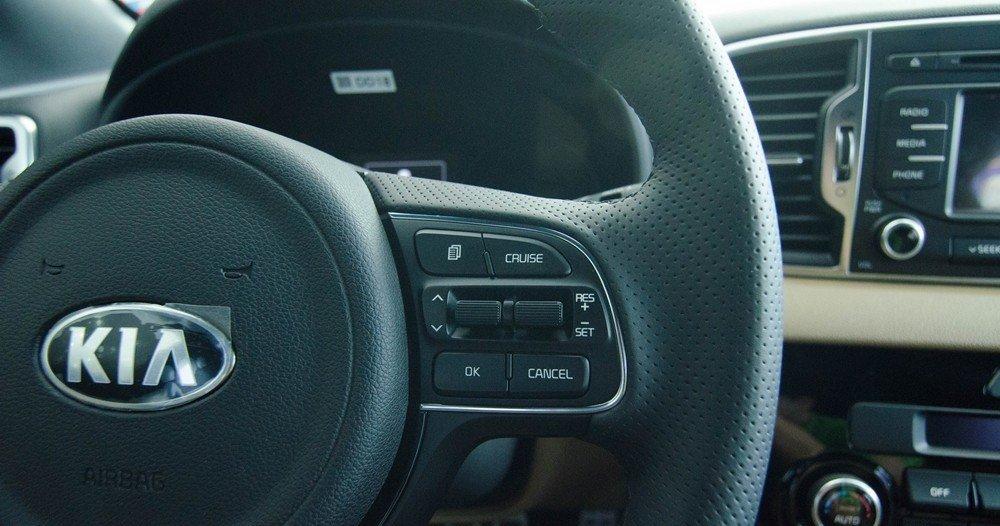 Các phím bấm điều khiển chức năng hệ thống giải trí được tích hợp trên vô-lăng.