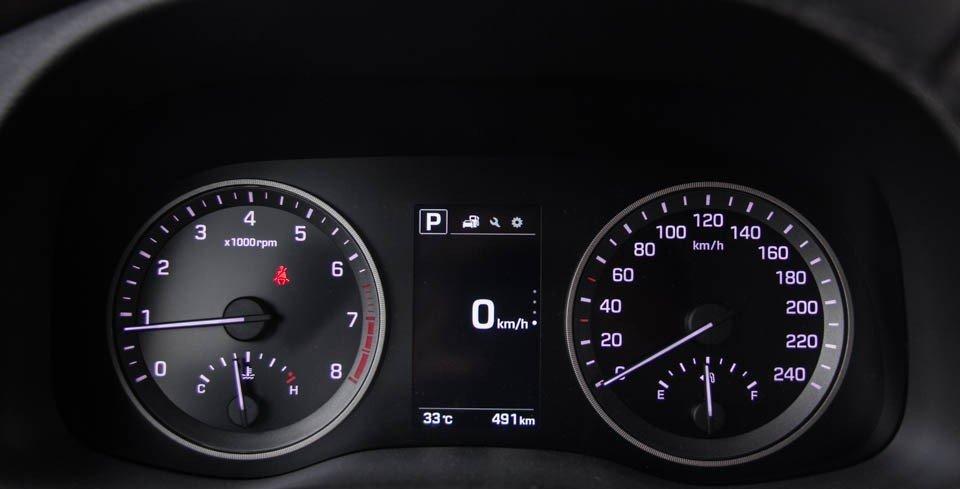 Bảng đồng hồ lái của Hyundai Tucson 2016.