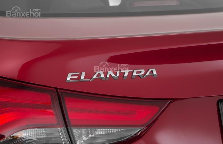 Đánh giá xe Hyundai Elantra 2016 phần đuôi 2.