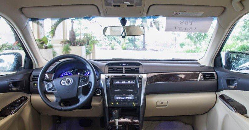 Toyota Camry 2015 bố trí hộc để lý cạnh cần số.